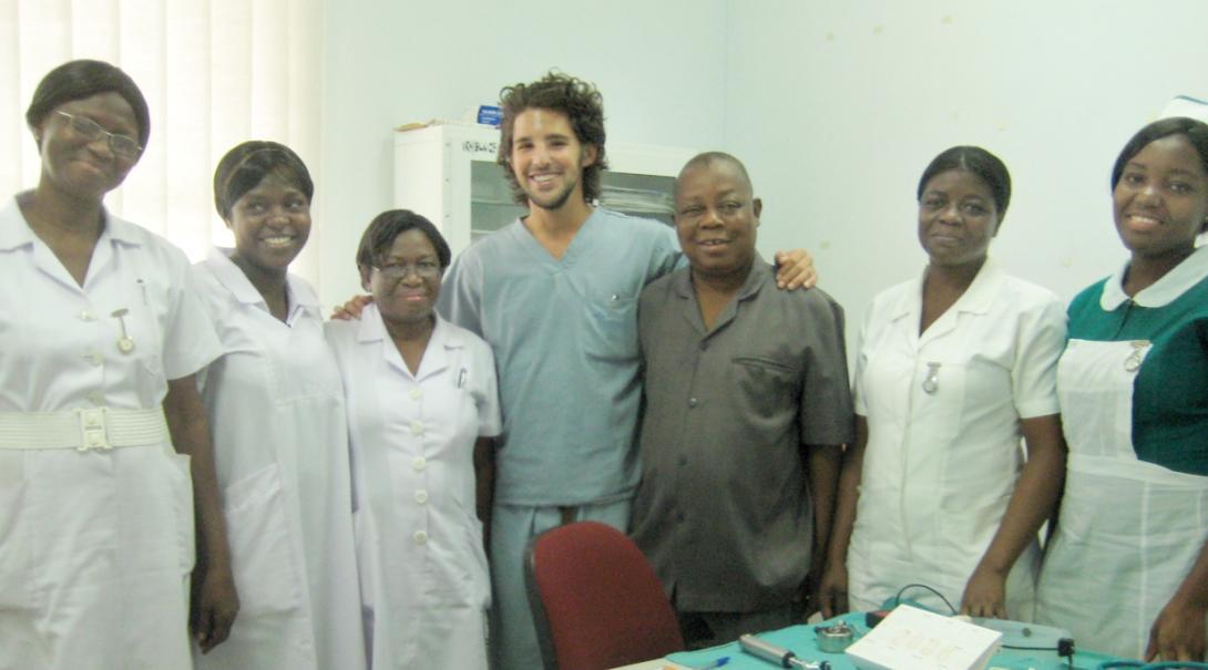 ガーナでがんばる医療インターンと現地の医療スタッフ
